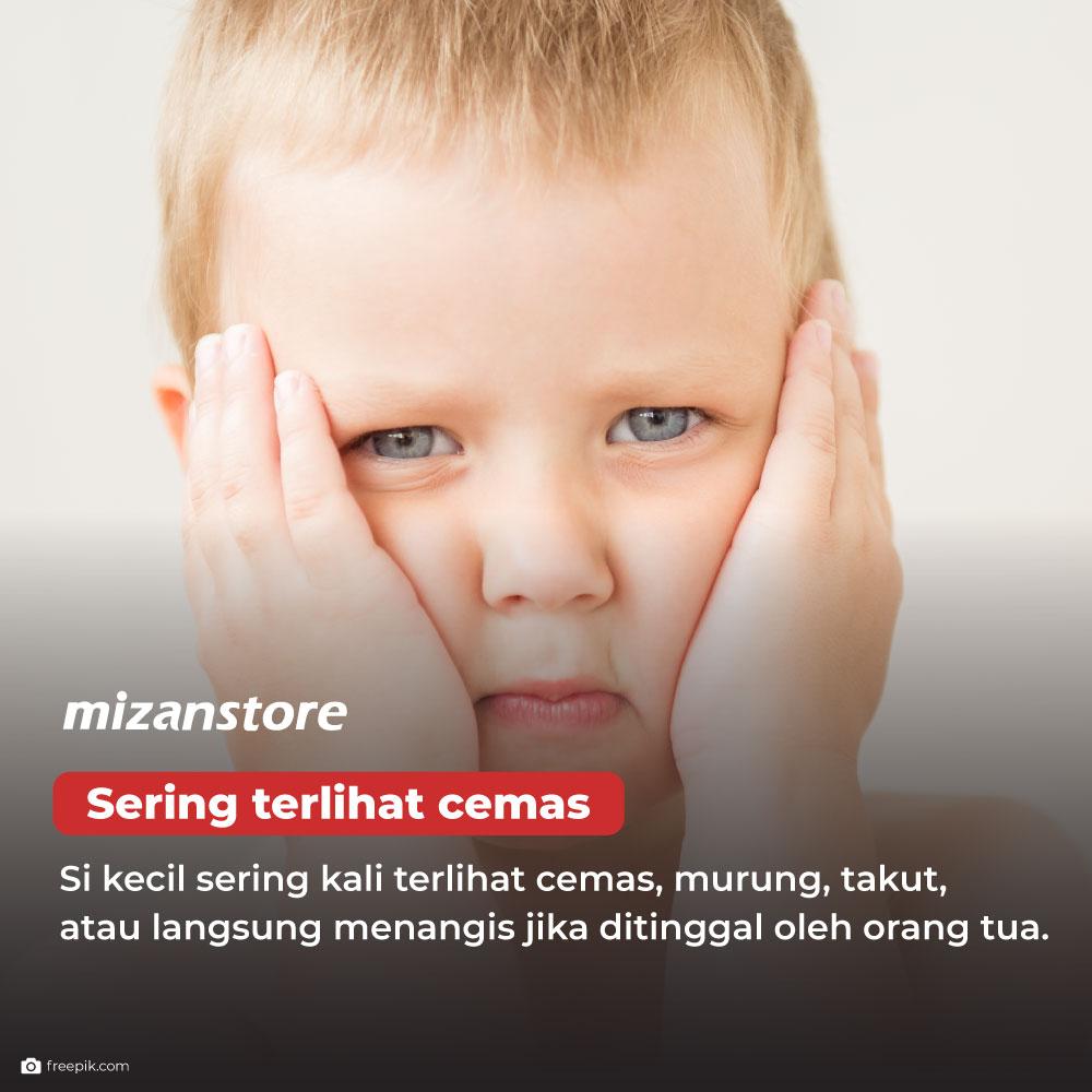 Anak sering terlihat cemas, murung, takut, atau langsung menangis jika ditinggal oleh orang tua.