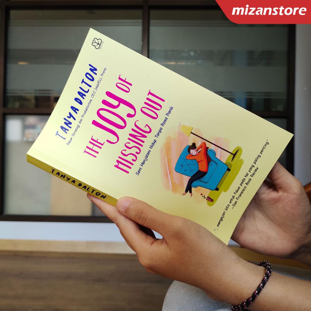 Buku The Joy of Missing Out Seni Menjalani Hidup Tanpa Rasa Panik