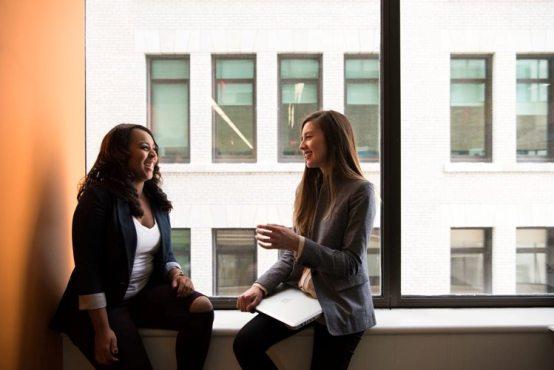 Langkah pertama, nyatakan kebiasaan. Tanyakan atau diskusikan bersama teman tentang kebiasaan yang akan kamu mulai